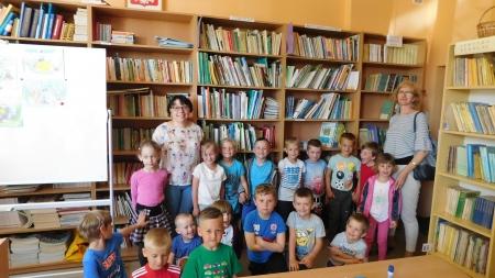 Wizyta grupy przedszkolnej w szkolnej bibliotece